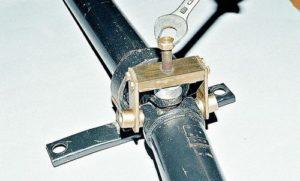Как произвести замену крестовины карданного вала на ВАЗ-2107