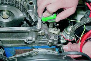 Как сделать замену успокоителя цепи ВАЗ-2106 самостоятельно