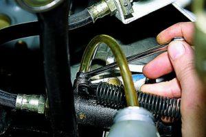 Как сделать прокачку сцепления на ВАЗ-2107 самостоятельно
