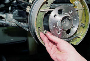 Как сделать замену задних тормозных колодок на Лада Гранта