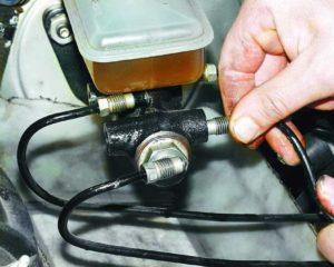 Как сделать прокачку тормозов на ВАЗ-2112 самостоятельно